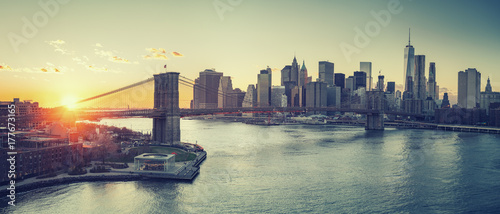 Foto auf Gartenposter Brooklyn Bridge Panoramic view of Brooklyn bridge and Manhattan at sunset, New York City