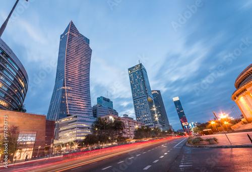 Obraz na dibondzie (fotoboard) Warszawa, stolica Polski, nowoczesne wieżowce na ulicy Emilii Plater wieczorem