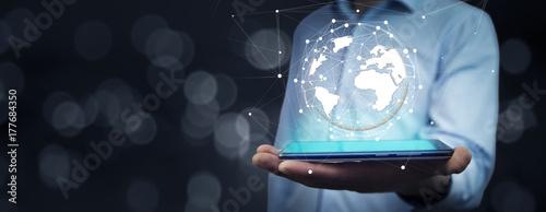 Fotodibond 3D ręka mężczyzny z smartphone i wirtualnej kuli globu
