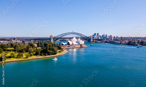 Foto auf Gartenposter Sydney Beautiful panorama of the Sydney harbour district with Harbour bridge, Botanical garden and the Opera building.