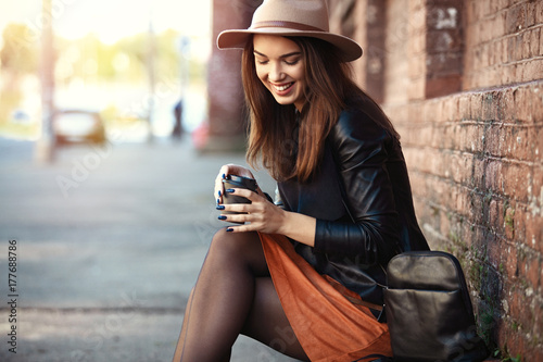 Photo  Close-up Fashion woman portrait of young pretty trendy girl posing at the city,