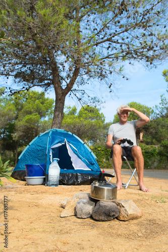 Plakat Człowiek sam z namiotem na kemping przygody
