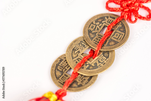 Plakat Trzy antycznej Feng shui metalu szczęsliwej monety odizolowywającej nad biały b