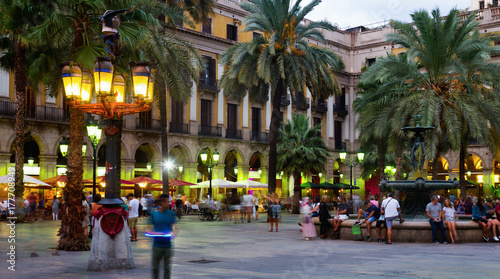 Foto auf Acrylglas Barcelona Nightlife of Placa Reial in Barcelona