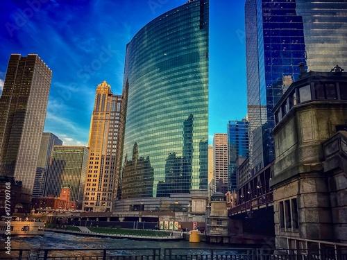 budynki-wzdluz-chicagowskiego-riverwalk-podczas-jesiennego-wieczoru