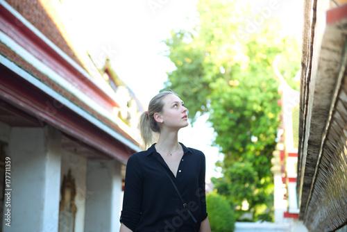 Photo  European tourist beautiful woman is visiting at Wat Pho in Bangkok, Thailand