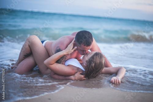 Plakat Erotyczna para przy plażą, denny widok. Podróżując na Bali.