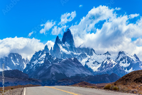 Plakat Dobra droga do wspaniałej góry Fitz Roy. Argentyńska Patagonia. Letnie słońce i błękitne niebo nad prerią. Pojęcie turystyki aktywnej i ekstremalnej
