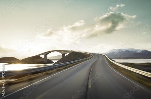 Montage in der Fensternische Grau Atlantic Road at high speed, Norway