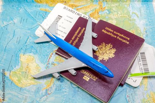 avion, passeports, carte d'accès à bord et ticket de bagages sur carte du monde