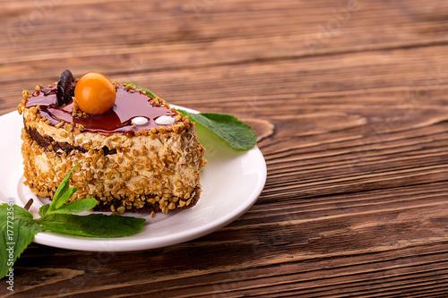 Plakat Słodkie ciasto z listkami mięty. Deser urodzinowy.
