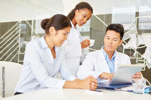 Plakat Zespół z lekarzem i pielęgniarką w szpitalu