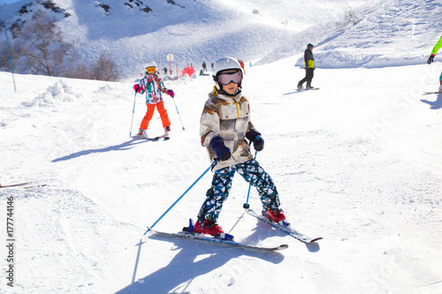 fototapeta na lodówkę kids on alpin ski resort