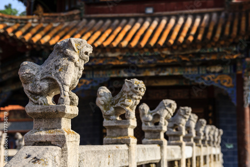 Deurstickers Monument Stone balustrade with carved animal figures in a Chinese temple