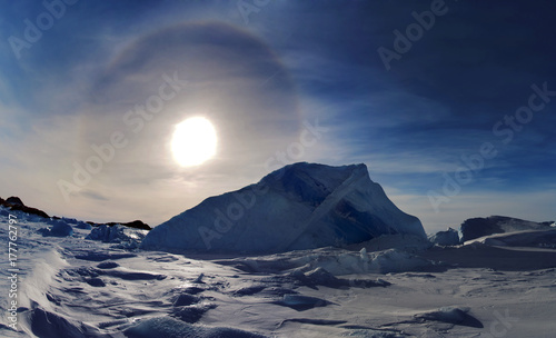 Tuinposter Antarctica Clear day, blue sky-effect Halo in the sky. Antarctic.