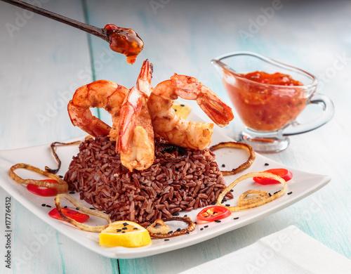 Plakat król krewetki z grilla z boku czerwonego ryżu