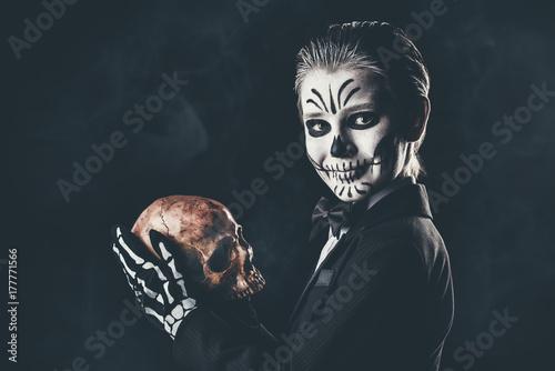Spoed Fotobehang Halloween skeleton kid over black