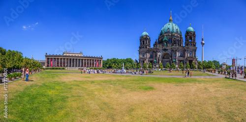Panoramaaufnahme über den Berliner Lustgarten mit Altes Museum und Berliner Dom плакат