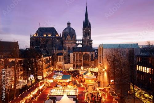 Weihnachtsmarkt in Aachen mit Aachener Dom Canvas Print