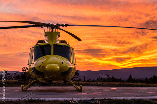Foto op Plexiglas Helicopter Helicopter on a sunset