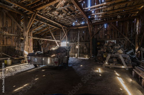 Spoed Fotobehang Oude verlaten gebouwen alter holzstadl mit wagen