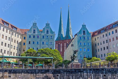 Платно Blick von der Spree in Berlin über Wohnhäuser mit Biergarten im Vodergrund auf d
