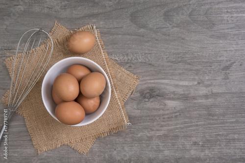 Plakat jajko z kopia miejsce na drewnianym stole, widok z góry