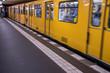 U-Bahn in Fahrt, Bahnsteig, Öffentlicher Personennahverkehr Berlin