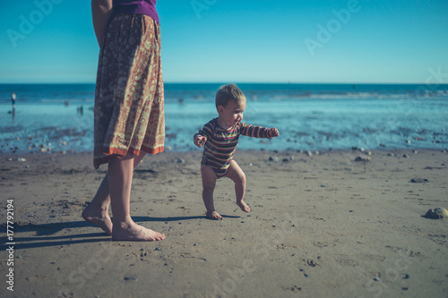 Fototapeta Matka i dziecko na plaży