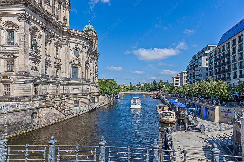 Aufnahme der Spree in Berlin von der Liebknechtbrücke in Richtung Regierungsvier плакат
