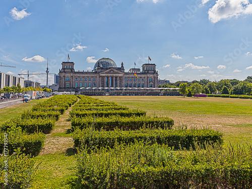 Reichstag in Berlin mit Park im Vodergrund aufgenommen im Sommer 2013 von der  P плакат