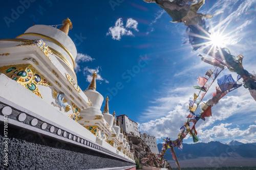 Plakat Stupas przy Thiksey monasterem, lokalizować na górze wzgórza w Thiksey wiosce na wschód od Leh w Ladakh, India.