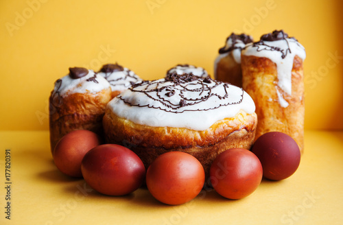 Plakat Wielkanocnego torta jajek wciąż życie. Chrześcijaństwo wakacje religia brunch, domowe pieczone deser na żółtym tle.