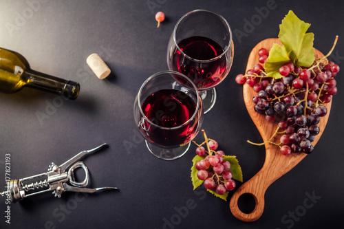 Zdjęcie XXL Dwie szklanki wina z winogronami