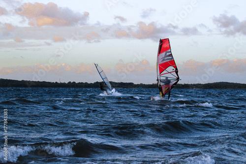 windsurferzy-na-morzu-wieczorowa-pora