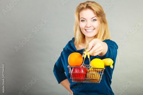 Plakat Kobiety mienia zakupy kosz z owoc inside