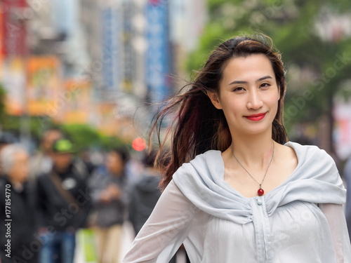 Photo  Beautiful woman walking on Nanjing road in Shanghai.