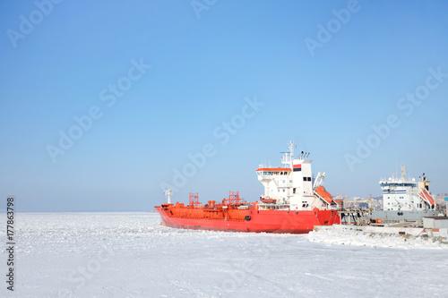 Plakat Czerwony statek wyprawy w lodzie