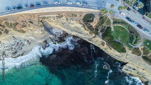 Fényképezés Ocean waters meet the californian shore of san diego on sunny summer day
