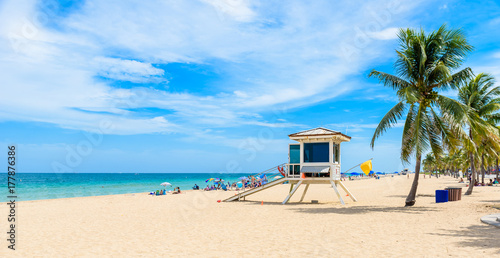 Paradise beach at Fort Lauderdale in Florida on a beautiful sumer day. Tropical beach with palms at white beach. USA. - 177876386