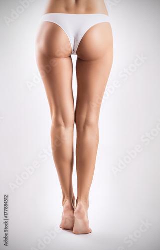 Zdjęcie XXL Widok z tyłu idealne nogi kobiet i pośladki.