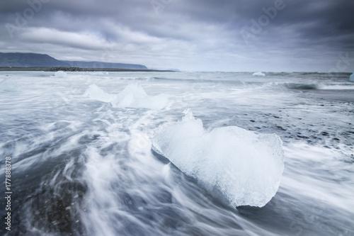 Plakat Góra lodowa na czarnej plaży. Islandia