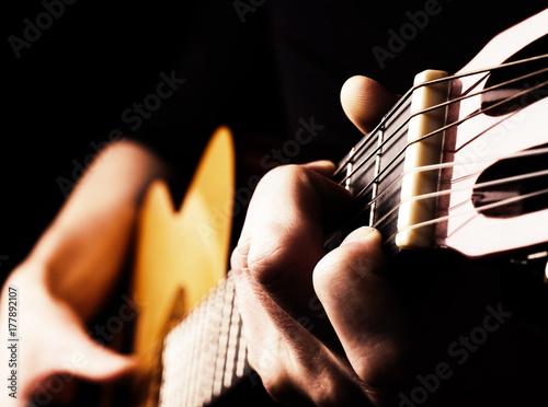Plakat Flamenco gitara gracza zakończenie up, bawić się tradycyjnego gitary akustycznej pojęcia wizerunek my jako tło, wysoki kontrast, selekcyjna ostrość na pierwszoplanowych palcach