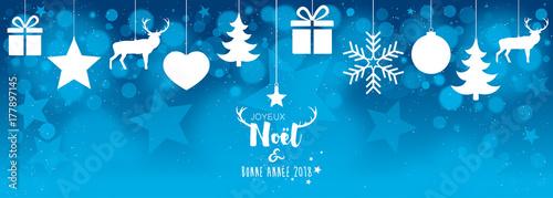 Fotografia  Carte de Noël avec décorations suspendues et bokeh bleu