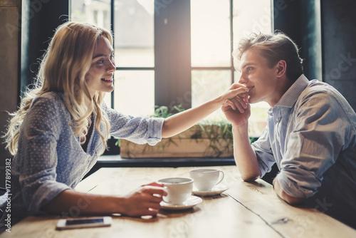 Carta da parati  Couple in cafe