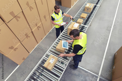 Fotografía  Arbeiter am Fliessband - versenden von Paketen im Onlinehandel // Conveyor b