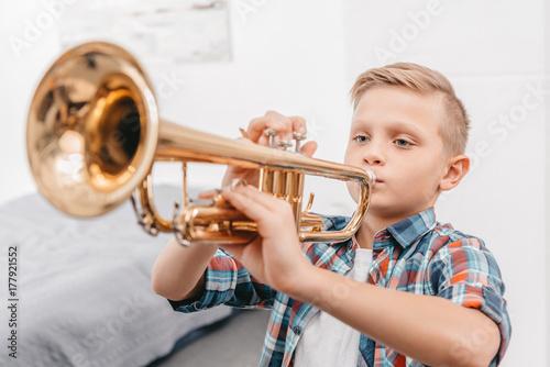 Cuadros en Lienzo boy practicing trumpet