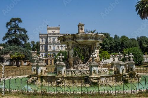 Antique old fountain in the park Giardino Del Teatro of Villa Doria-Pamphili in Fototapet