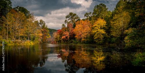 Fototapeta  Vibrant autumn foliage reflected in Swartswood Lake at Swartswood Lake State Par