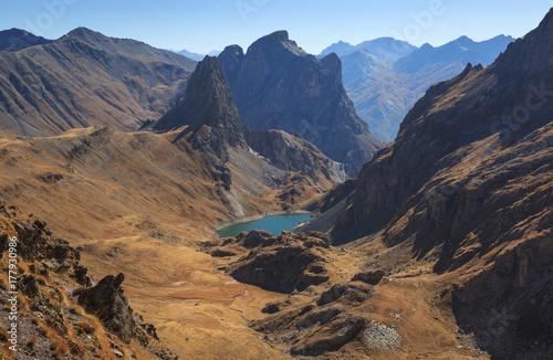 Plakat Dolina w Alpach francuskich w pogodny dzień jesieni.